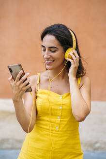 Beautiful young woman with headphones and cell phone - MPPF00160