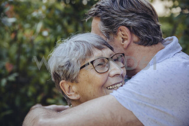 Adult son embracing his mother in the garden - MFF04919 - Mareen Fischinger/Westend61
