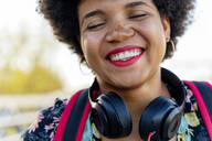 Laughing Afro-American woman with headphones - ERRF01729