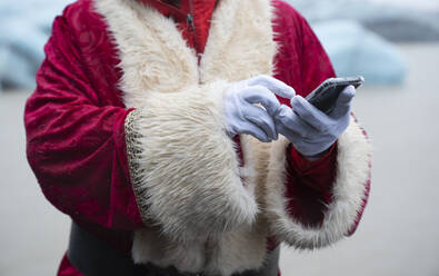 Santa claus using smartphone - DAMF00198