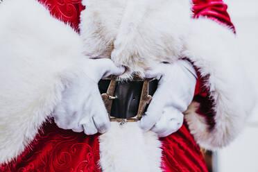 Santa Claus hands in belt - DAMF00201