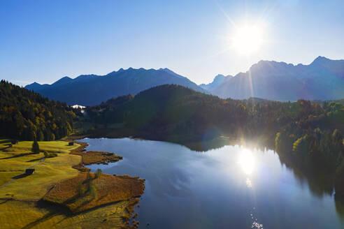 Luftaufnahme Geroldsee, auch Wagenbr�chsee, mit Karwendel, Kr�n, Werdenfelser Land, Oberbayern, Bayern, Deutschland, - LHF00735