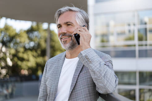 Portrait of mature businessman on the phone - DIGF08564