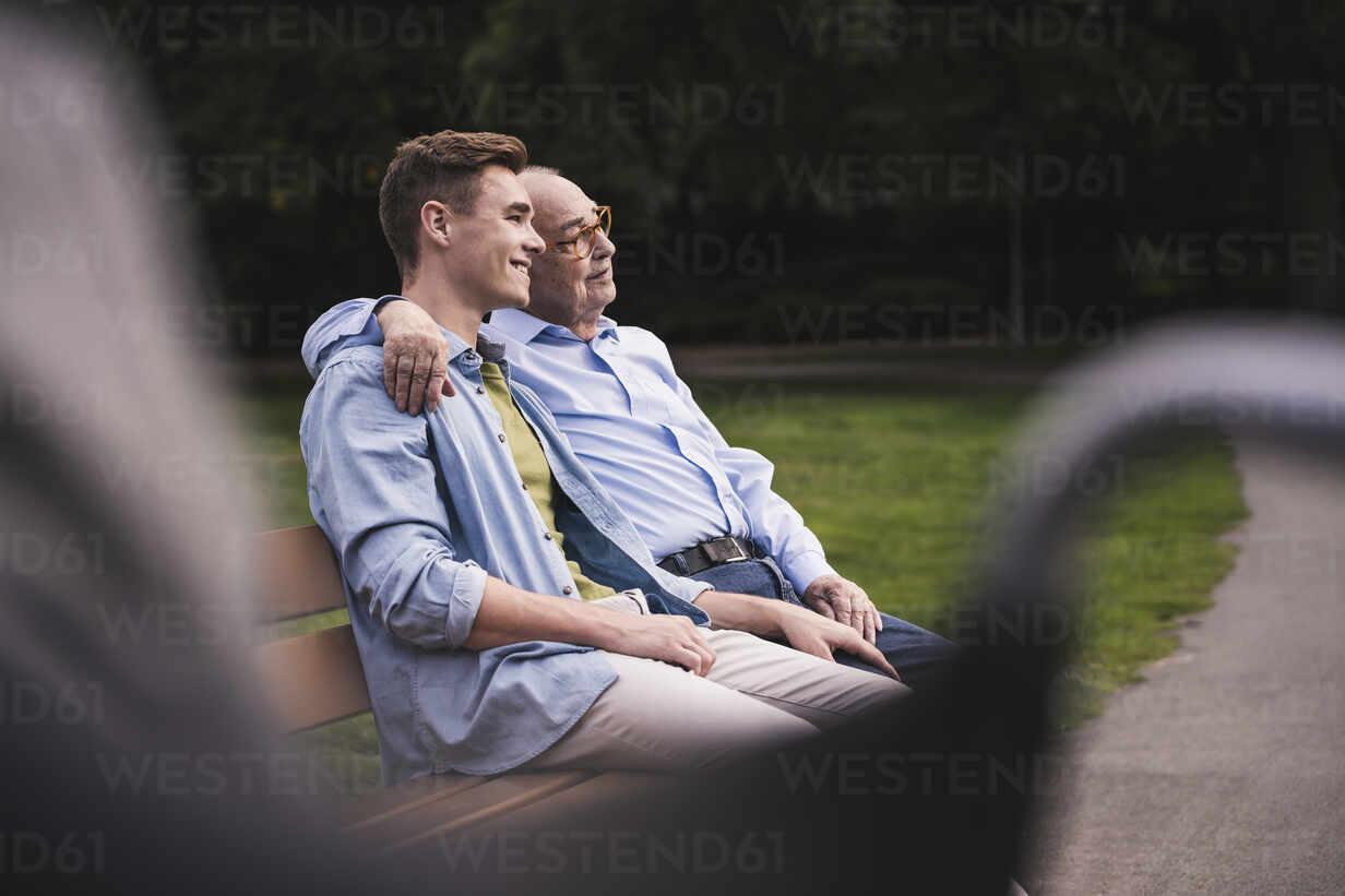Senior man and grandson relaxing together on a park bench - UUF19355 - Uwe Umstätter/Westend61