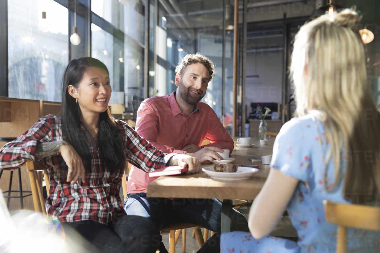 Friends meeting in a cafe - FKF03704 - Florian Küttler/Westend61