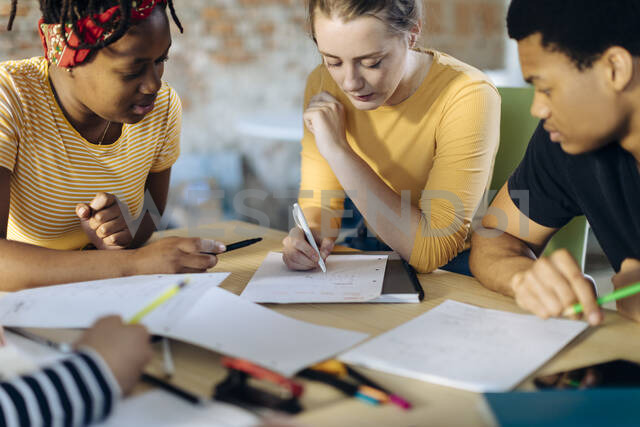 Young people sitting together at table and taking notes - SODF00146 - Sofie Delauw/Westend61