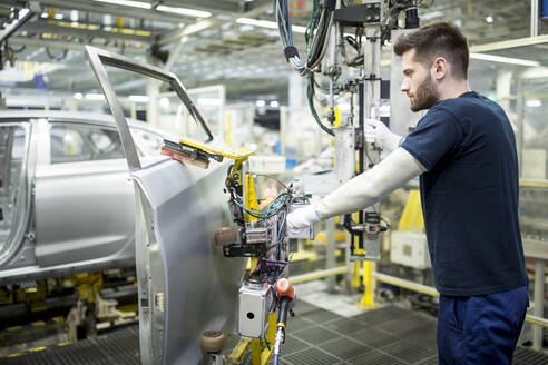 Man working in modern car factory - WESTF24335