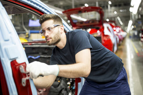 Man working in modern car factory - WESTF24374