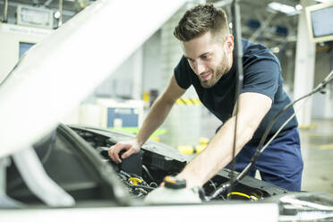Man working in modern car factory - WESTF24392