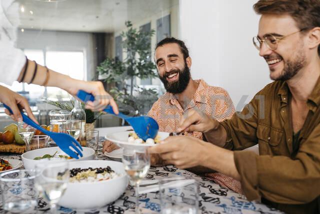 Happy friends having healthy lunch together - JRFF03854 - Josep Rovirosa/Westend61