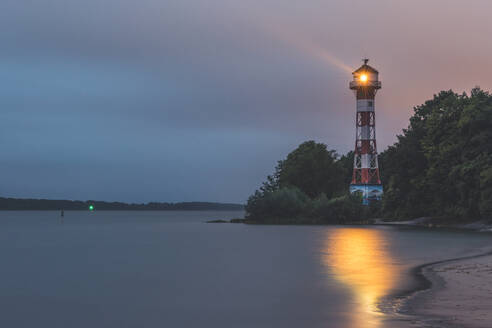 Germany, Hamburg, Rissen lighthouse at dusk - KEBF01393