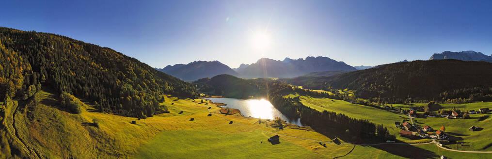 Luftaufnahme Geroldsee, auch Wagenbr�chsee, mit Karwendel, Kr�n, Werdenfelser Land, Oberbayern, Bayern, Deutschland, - LHF00743
