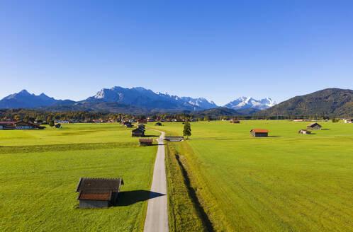 Gemeinde Kr�n vor Wettersteingebirge, Luftaufnahme, Werdenfelser Land, Oberbayern, Bayern, Deutschland, - LHF00750