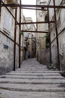 Italy, Province of Taranto, Taranto, Steps between old town houses - HLF01203