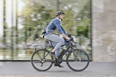 Student on his e-bike at Goethe University in Frankfurt, Germany - RORF01948