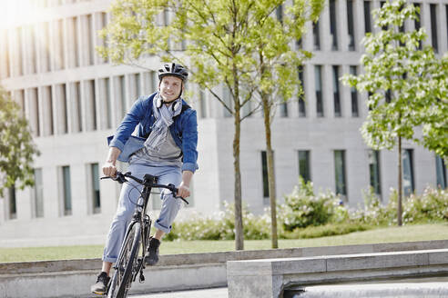Student on his e-bike at Goethe University in Frankfurt, Germany - RORF01954
