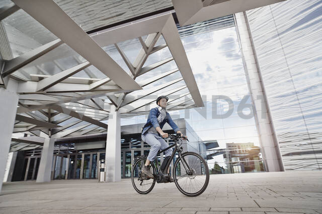 Student on his e-bike at Goethe University in Frankfurt, Germany - RORF01960 - Roger Richter/Westend61
