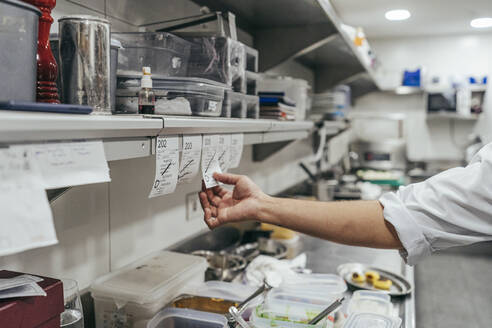 Gourmet chef holding an order - MTBF00194
