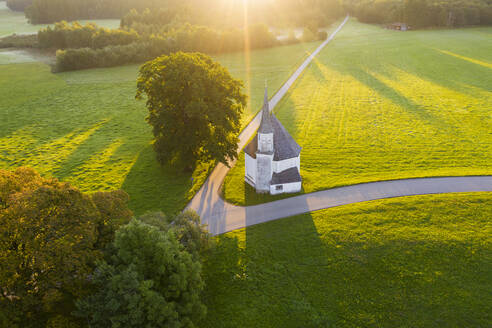 Kapelle St. Leonhard in Harmating bei Sonnenaufgang, bei Egling, Tölzer Land, Luftbild, Oberbayern, Bayern, Deutschland - SIEF09304