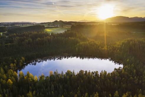 Sonnenaufgang, Moorsee im Naturschutzgebiet Kläpperfilz, bei Steingaden, Pfaffenwinkel, Luftbild, Oberbayern, Bayern, Deutschland - SIEF09314