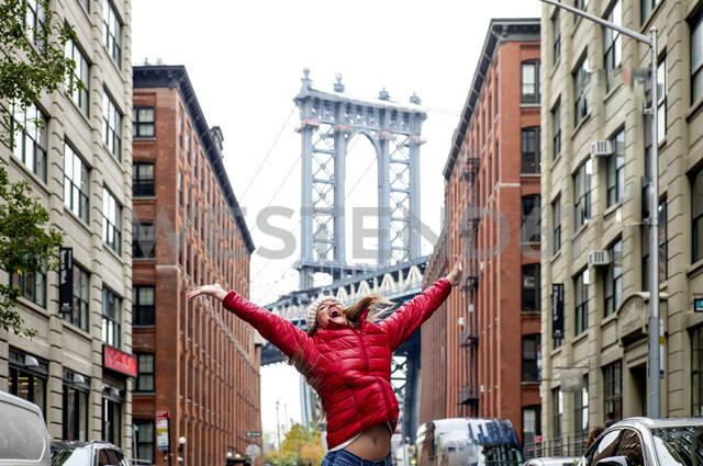 New York, United States Beautiful woman (Brooklyn) - OCMF00906 - Oscar Carrascosa Martinez/Westend61