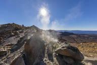 Neuseeland, Ozeanien, Nordinsel, Tongariro Nationalpark, North Island Volcanic Plateau, Tongariro Alpine Crossing Trail, Wanderer (m) im Dampf der Fumerolen - FOF11062