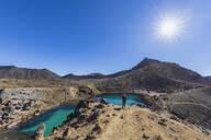 Neuseeland, Ozeanien, Nordinsel, Tongariro Nationalpark, North Island Volcanic Plateau, Tongariro Alpine Crossing Trail, Wanderer (w) genießt die Aussicht auf die Emerald Lakes - FOF11065