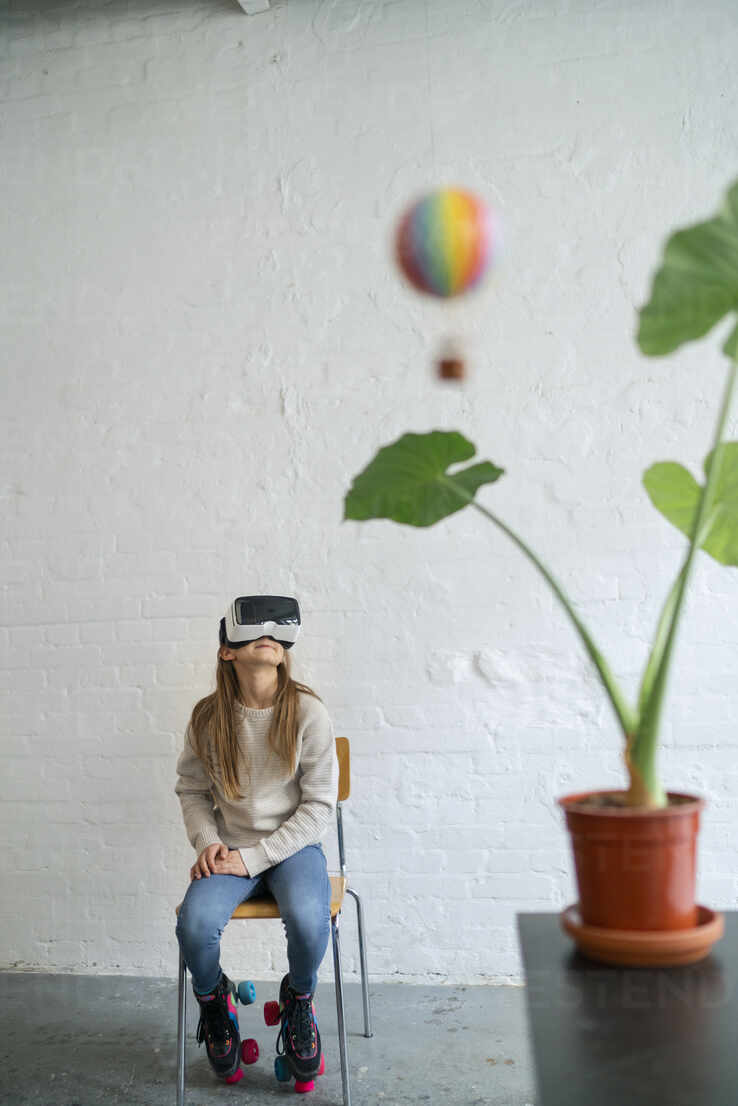 Girl with VR glasses and hot-air balloon in office - GUSF02966 - Gustafsson/Westend61