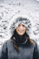 Portrait of smiling young woman in winter - OCMF00926