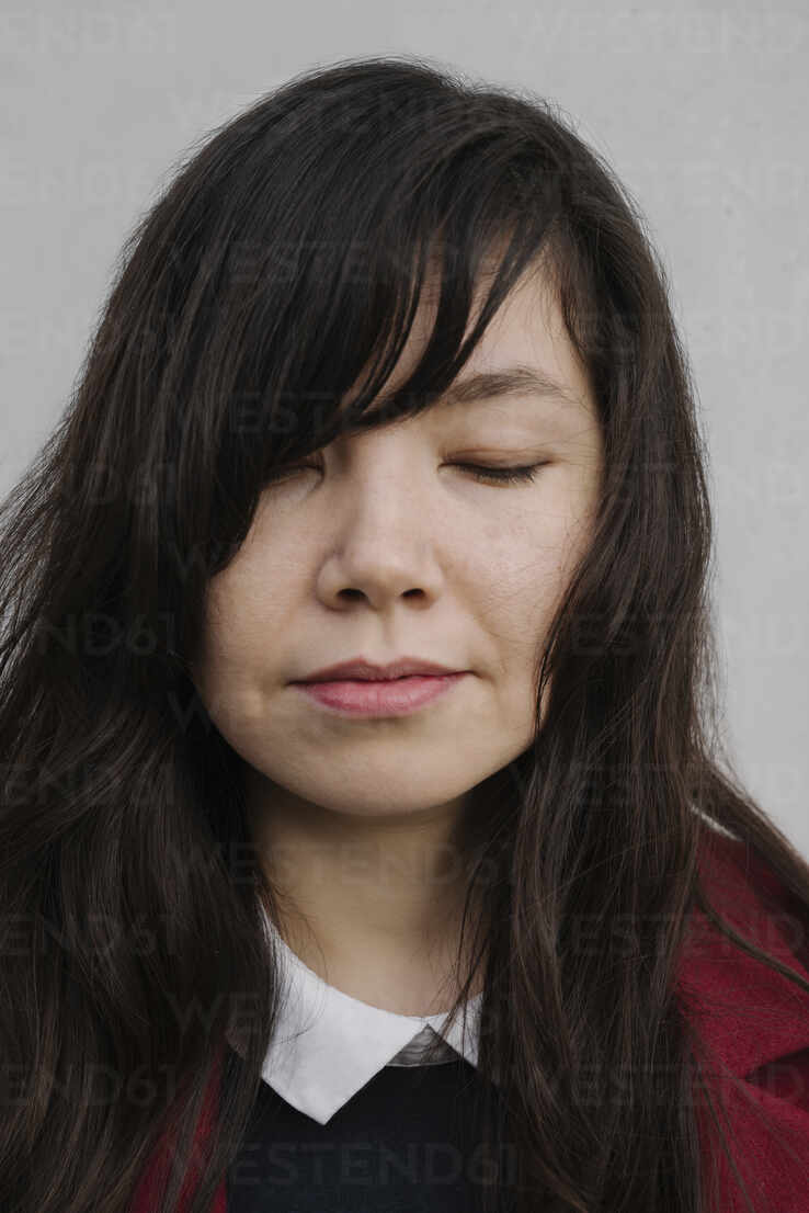 Portrait of businesswoman with closed eyes - AHSF01530 - Hernandez and Sorokina/Westend61