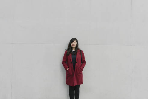 Portrait of modern businesswoman in front of a wall - AHSF01551