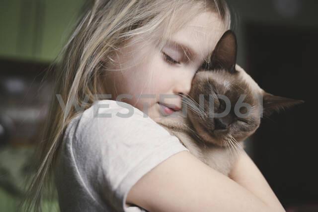 Little girl cuddling with her Burma cat - EYAF00714 - Ekaterina Yakunina/Westend61
