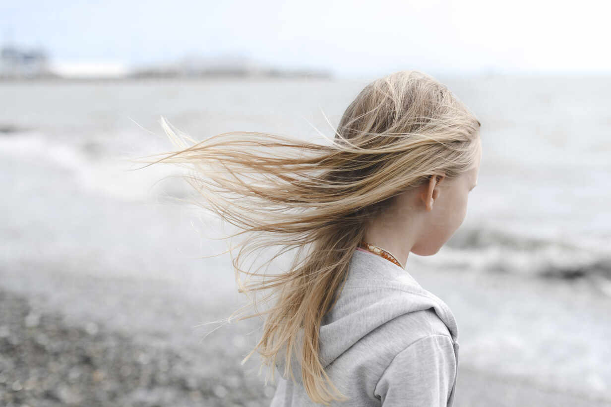 Girl with blowing hair at the seafront - EYAF00721 - Ekaterina Yakunina/Westend61