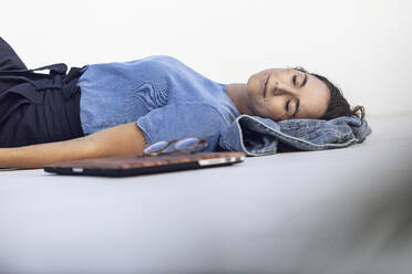 Südafrika, Westerncape, Kapstadt, Studio 26, Geschäftsfrau schläft, Buisiness - MCF00459