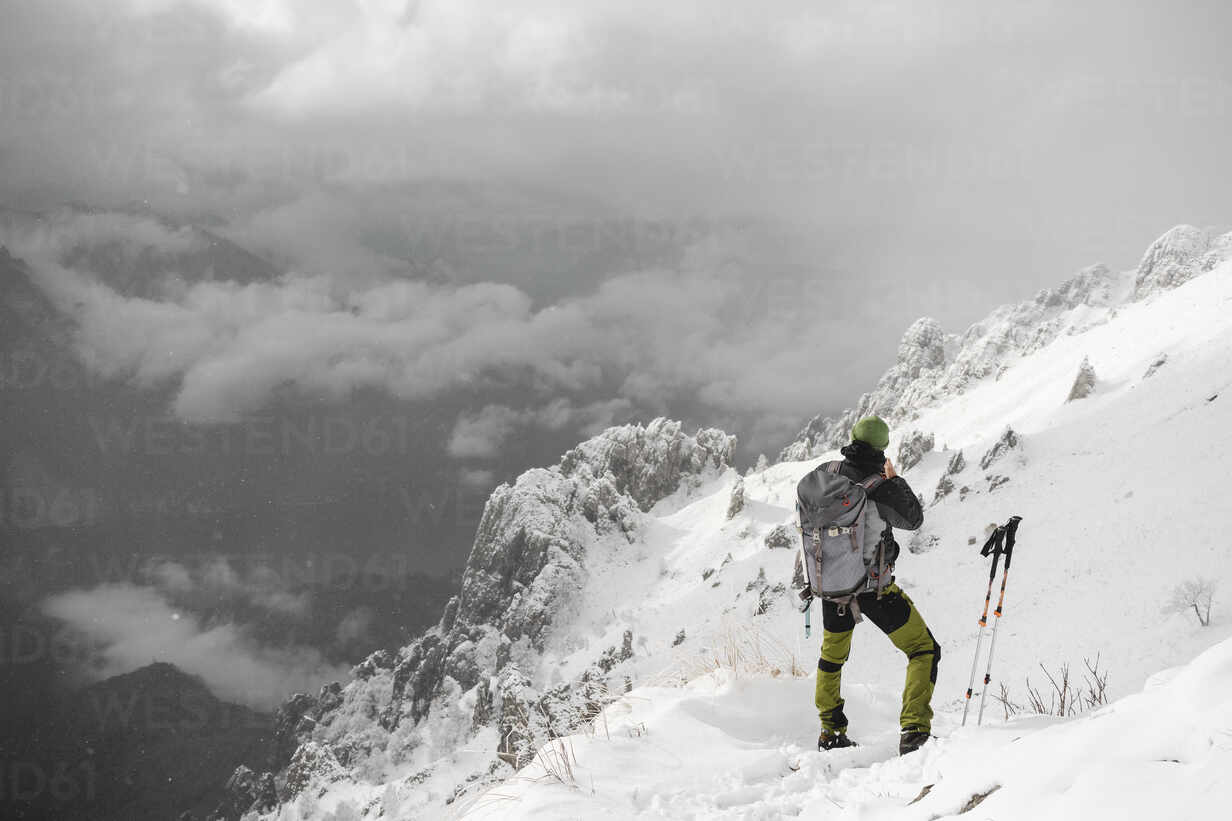 Mountaineer looking at distance, Italian Alps, Lecco, Lombardy, Italy - MCVF00109 - 27exp/Westend61