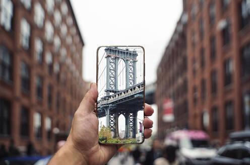 Manhattan bridge focused from the mobile - CAVF69892