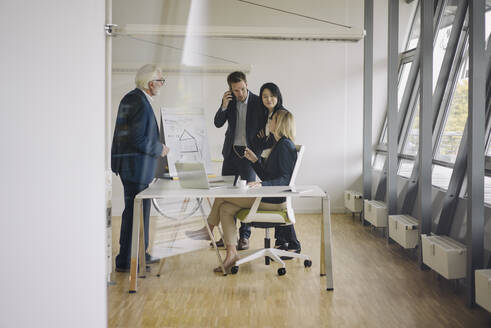 Business people having a meeting in office - JOSF03915