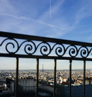 France, Ile-de-France, Paris, Metal railing against sky and city downtown - DASF00082