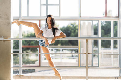 Dancer practicing at the barre - MPPF00390