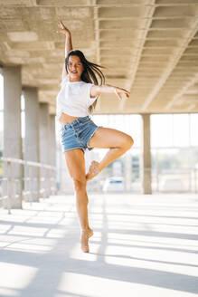 Ballerina dancing in gym - MPPF00396