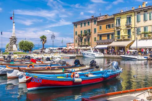 Italy, Veneto, Lazise, Boats moored in harbor - MHF00527