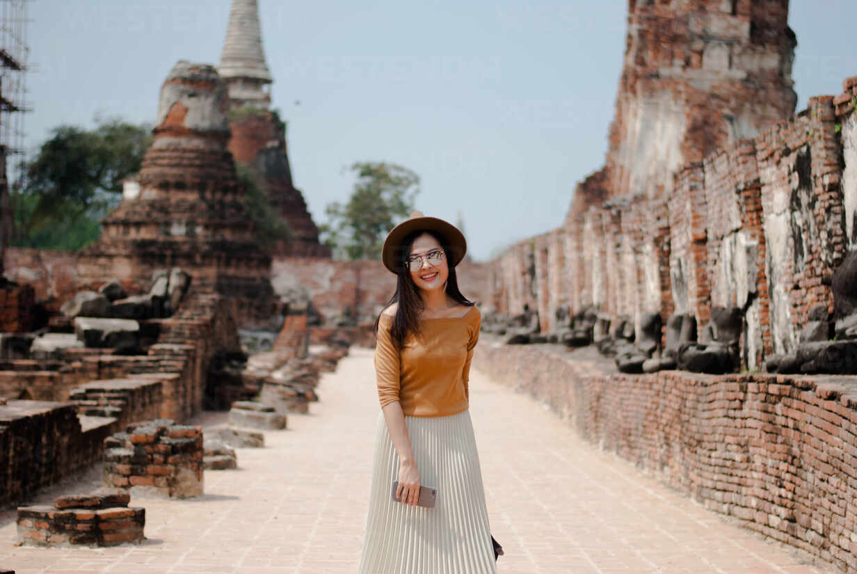 https://images1.westend61.de/0001303862pw/beautiful-woman-who-is-on-holiday-in-ayutthaya-thailand-CAVF71718.jpg