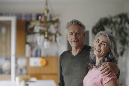 Portrait of a happy senior couple at home - GUSF03041