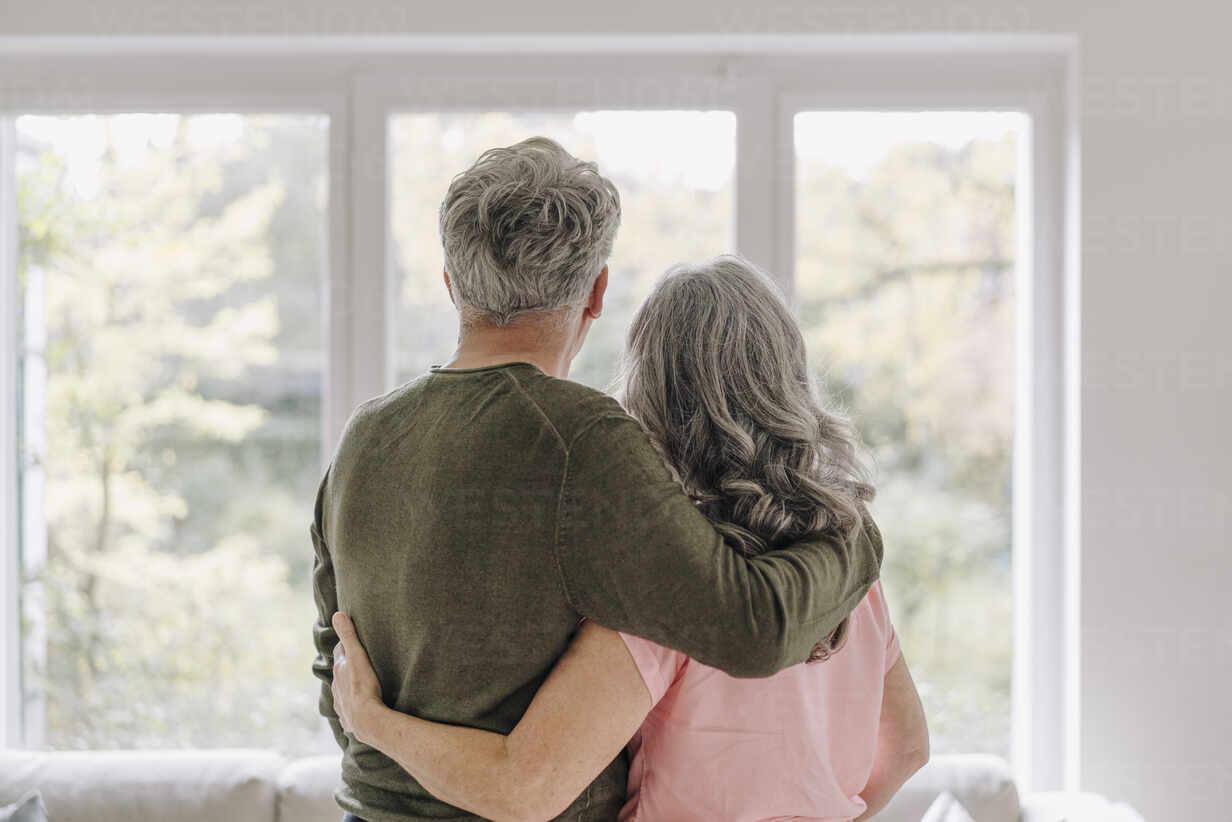 Rear view of senior couple looking out of window at home - GUSF03047 - Gustafsson/Westend61