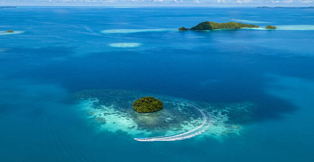 Palau, Aerial view of tour boat near Rock Islands - GNF01512