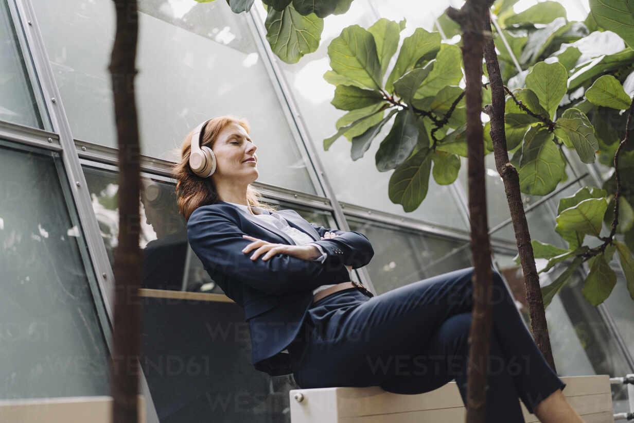 Businesswoman having a break in a modern office building - JOSF04182 - Joseffson/Westend61