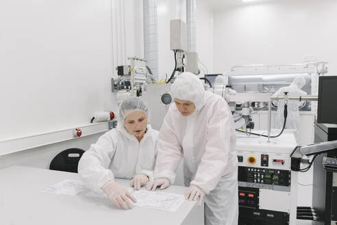 Two scientists working in laboratory - AHSF01840