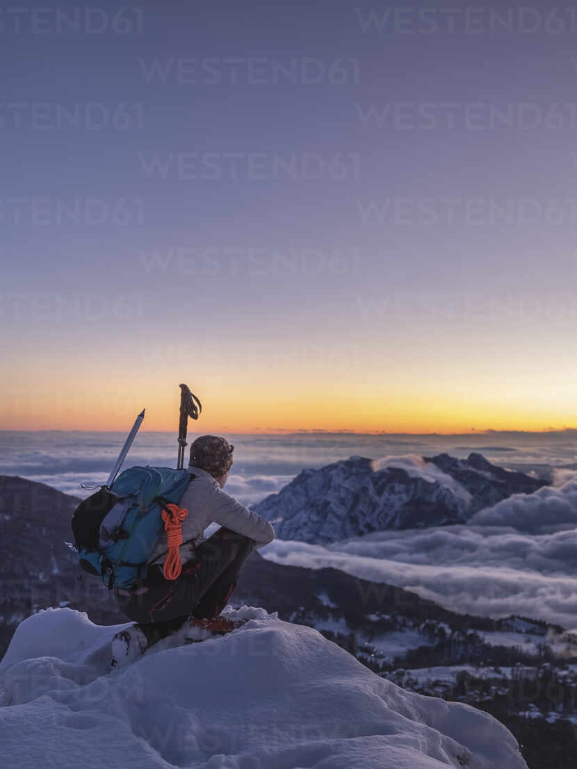 Mountaineer on the mountain summit during twilight, Orobie Alps, Lecco, Italy - MCVF00170 - 27exp/Westend61