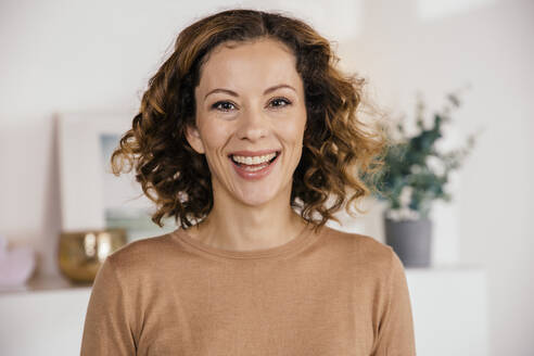 Portrait of happy brunette woman at home - MFF05001