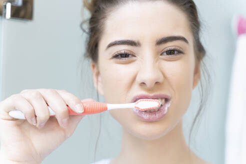 Woman brushing teeth - ERRF02551